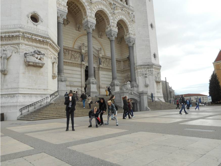 Parvis de la basilique de Fourvière (enfants de l'aide aux devoirs)